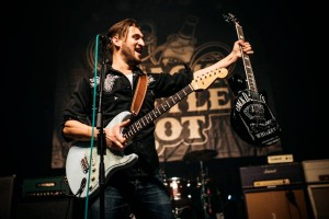 Simon giving away a nice JD guitar at Doornroosje last week.
